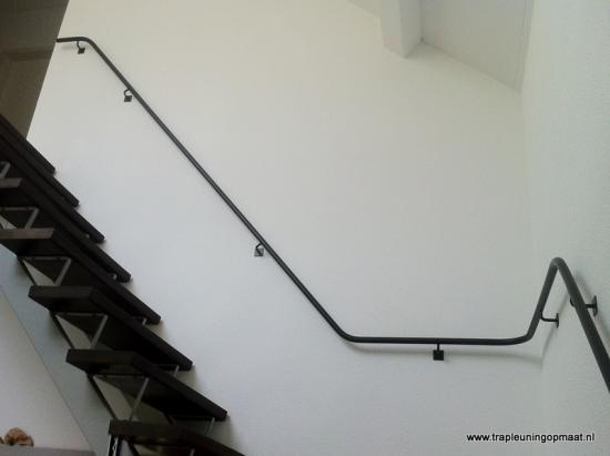 21 plateau trap met een leuning uit 1 stuk trapleuning op maattrapleuning op maat - Leuning smeedijzeren trap ...