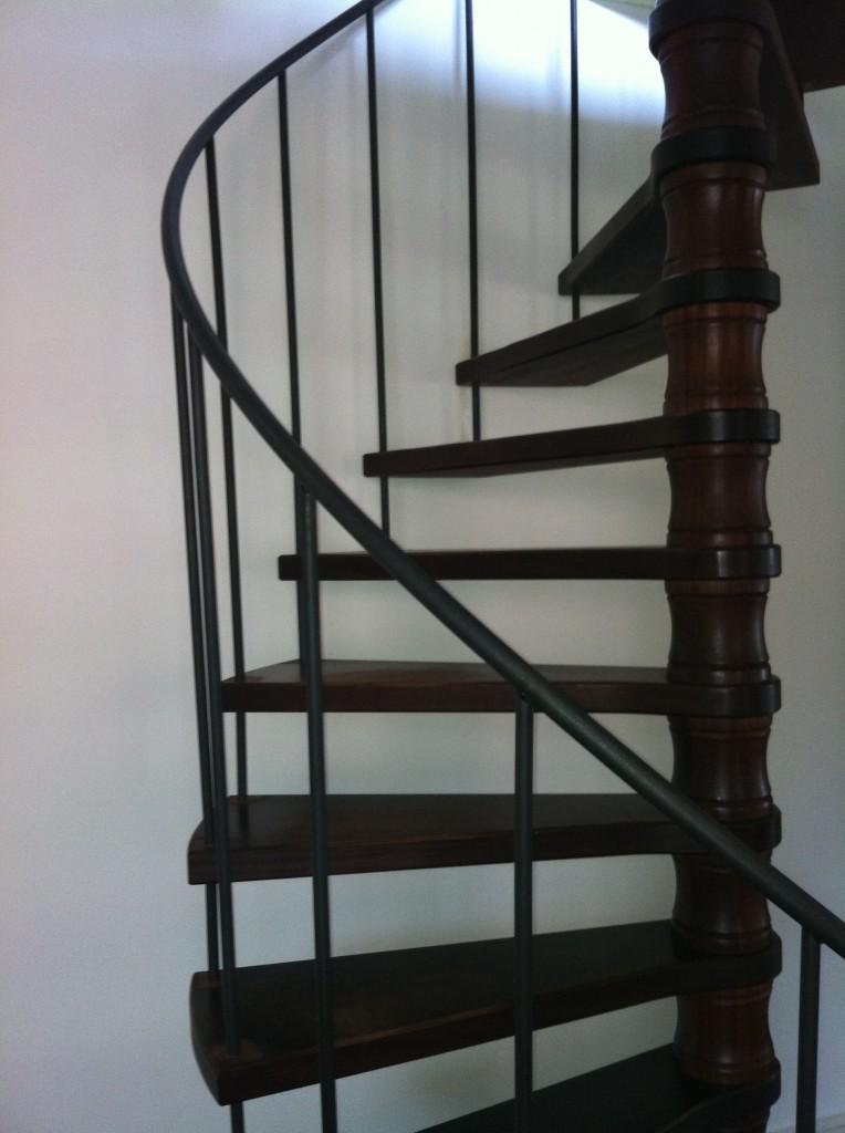 30 jaar oude spiltrap met nieuwe spijlen en leuning 764x1024 trapleuning op maattrapleuning - Leuning smeedijzeren trap ...