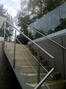 Roestvrijstalen traphek, muurleuning en glazen balustrade