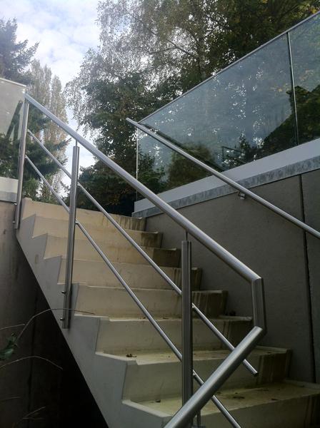 Roestvrijstalen traphek muurleuning en glazen balustrade - Glazen salontafel en smeedijzer ...